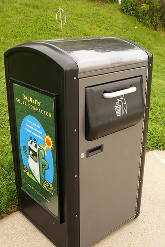 ソーラー駆動のゴミ箱